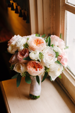 HEPATICA wedding florals (bouquet in cream, pink and peach w/ David Austin roses, ranunculus & seeded eucalyptus) – photo: The Brand Studio