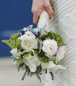 HEPATICA wedding florals (bouquet in lavender, green and white w/ calla lily, roses, ranunculus, lavender, spearmint & maidenhair fern) – photo: Hotmetalstudio