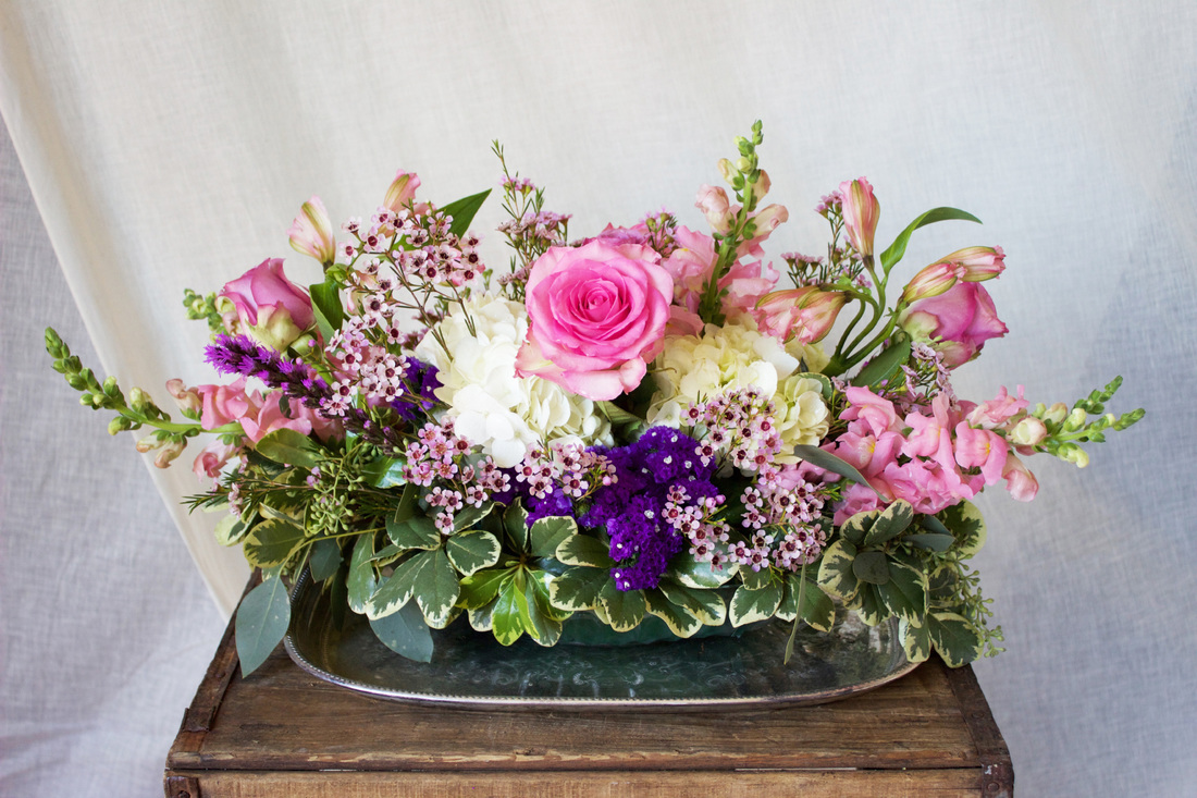 HEPATICA table centerpiece (roses, hydrangea, snap dragon, wax flower) – photo: QUARTER design studio