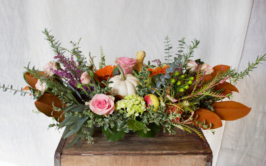 HEPATICA table centerpiece (roses, gourd, rosemary, eucalyptus, heather, magnolia leaf) – photo: QUARTER design studio